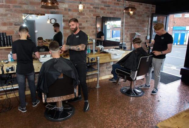 70000 pièces de 1 penny dans ce salon de coiffure