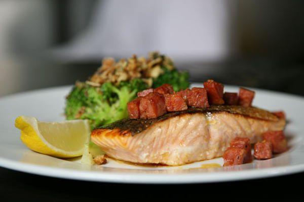 Suprême de saumon, brocoli et chorizo